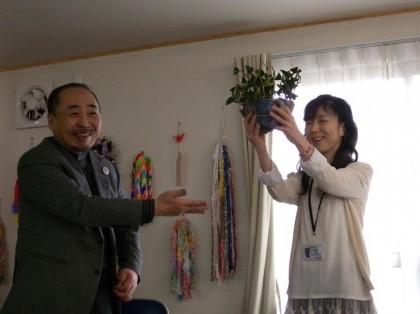 住民代表工藤真弓さんに椿苗を贈呈