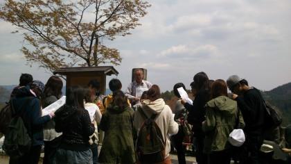 吉野山は長いやせ尾根。その地形をいかしながら、幾多の宗教施設や桜などが巧みに配置されています。
