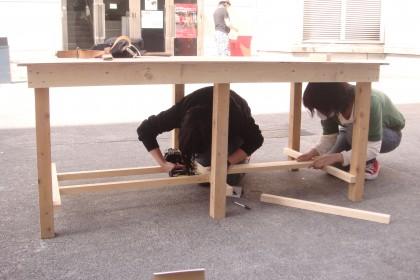美術製作用の作業台を作っています。