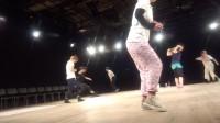 ついに、完成した舞台上にダンサーがあがりました。