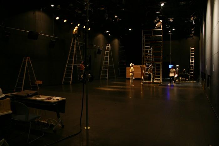 2回生の公演実験のための仕込み。 studio21にある客席の台をなくして、 舞台を横長に広く使用しています。 これは照明作業中