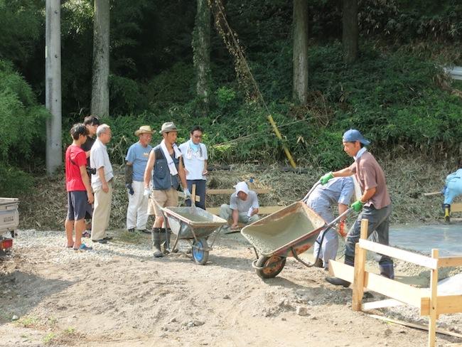小郷地区の区長さんはじめ、有志の皆さんが基礎工事をして下さっています。