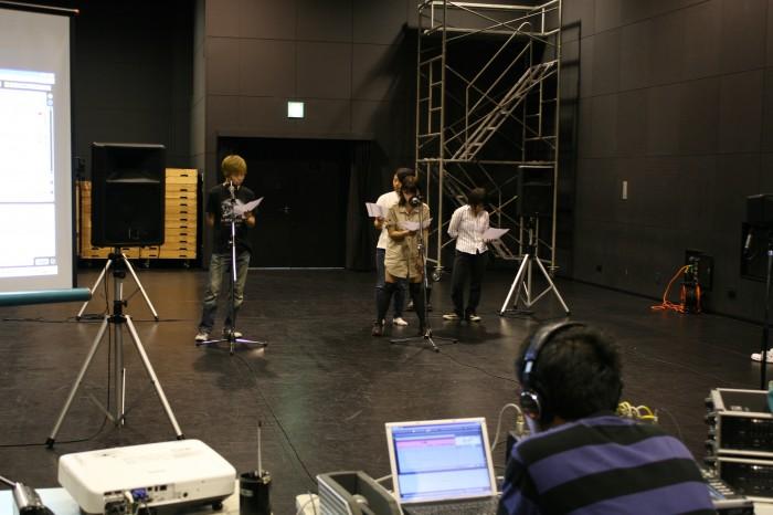 マイクを立てて、入れ替わり立ち代わり台詞を録音しています。 さすが、舞台の学生。のりのりです。