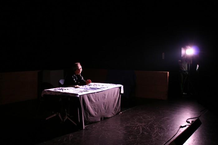 北寄崎先生自ら、明かりにあたりながら、 光の当て方や効果を指導しています。