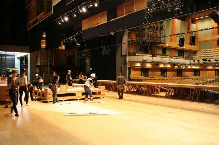 春秋座の舞台上 ここから舞台が立ち上がって行きます。
