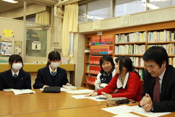 まんなかの赤い服が西岡さん。左隣は担任だった先生です。