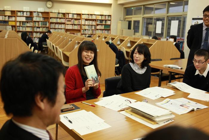 司書の安井先生(左)と国語科の秋本先生(右)