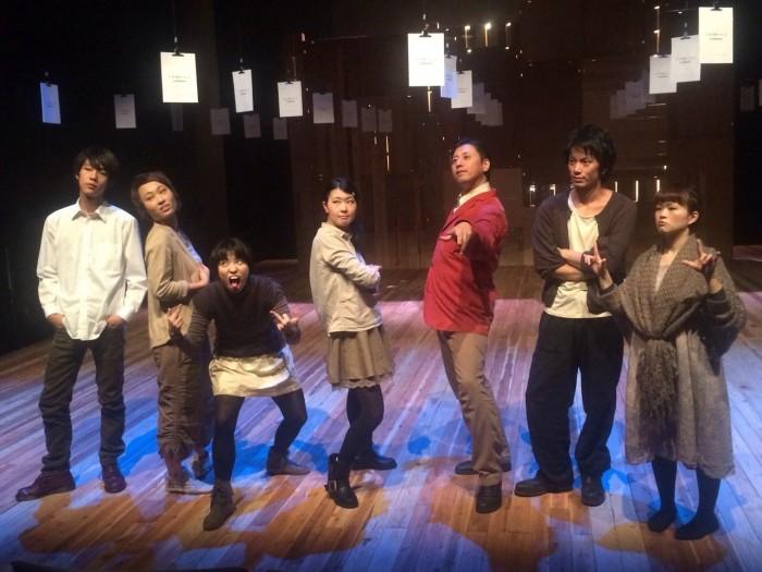 舞台美術の前で、役者一同