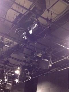 照明と音響機材がいっぱい吊られています。