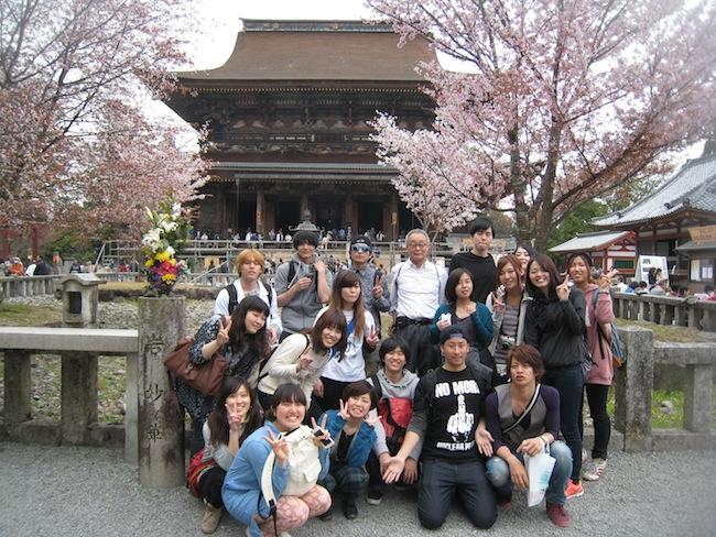 日本で3番目に大きい木造古建築である蔵王堂の前で、記念撮影。