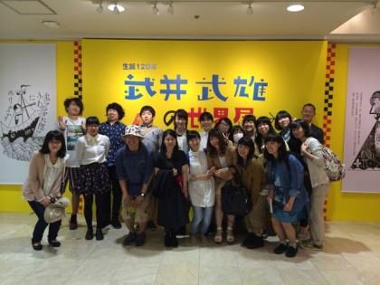 1期卒業生で学芸員の先輩、齋藤さんを囲んで記念写真