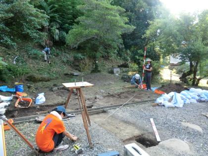 平成24年に行われた村上家庭園発掘の様子。池がすべて埋まっていたことがわかります。