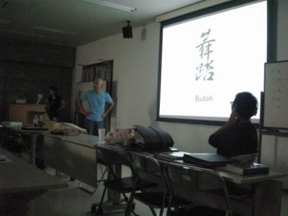 左の水色のシャツが舞踏家の向雲太郎さん 右の眼鏡を掛けているのが堂本先生です。
