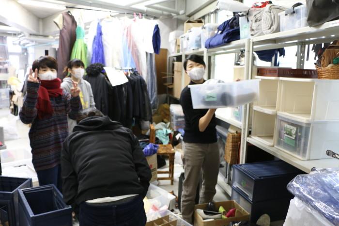 衣裳/小道具置き場 整理するために一度荷物を広げているので、足の踏み場もありません。