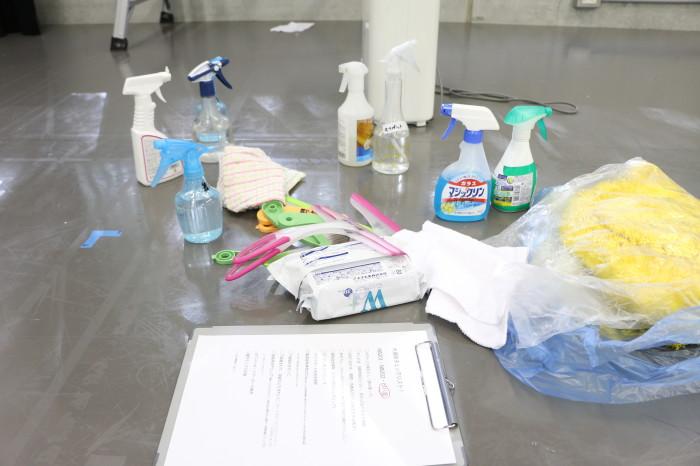 掃除用具がいっぱい 手前にあるのはお掃除リスト