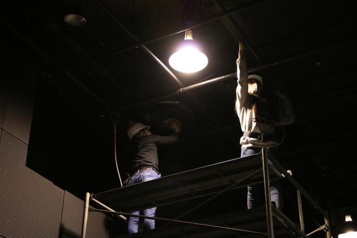 変わってstudio21。 天井グリッドパイプからもほこりが降ってきます。