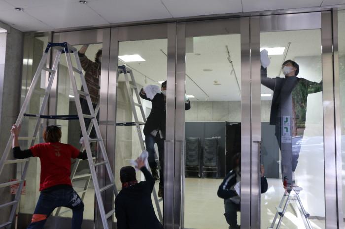 変わってstudio21前の大きなガラス扉に群がる人たち。