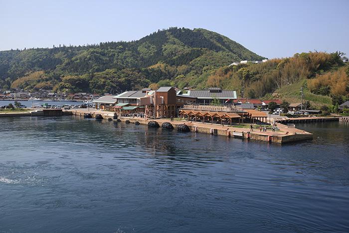 海士町の玄関となる菱浦港。観光協会やきんにゃもにゃセンターなどが集まる。