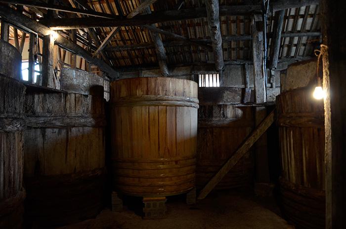 木の樽が並ぶ醸造所。まんなかにあるのがおそらく新樽だろう。