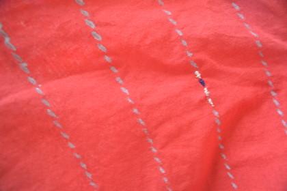 こちらはビビッドに染められた生地の上に点線のようなストライプの柄が。 よく見ると一部だけ刺繍が施してあります!素敵ですね。
