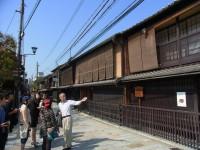 祇園新橋 前田先生から茶屋様式の町家の説明を聞きました。