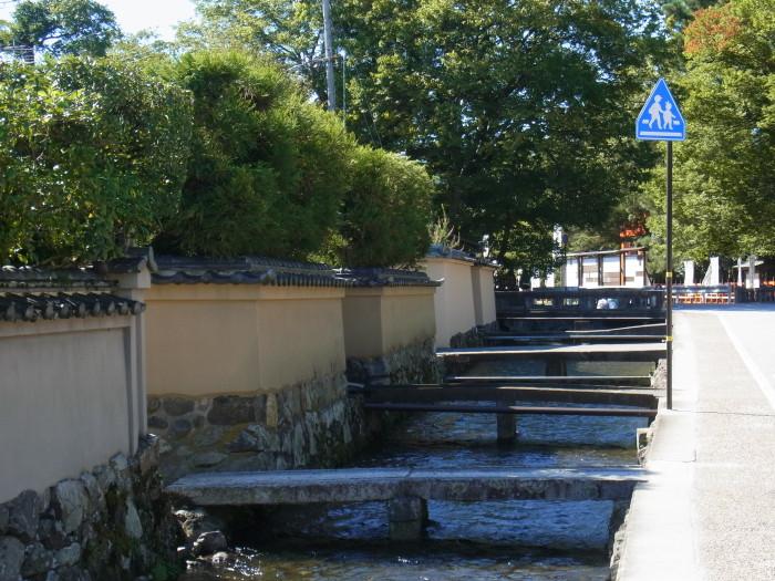 明神川沿いのそれぞれの社家に繋がる石橋