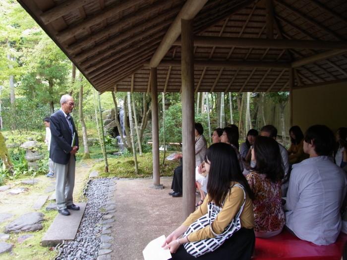 庭園の待合で、ボランティアの方から大寧軒についての説明を受けました。