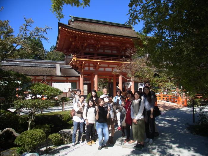 上賀茂神社の桜門と玉橋を背景に記念撮影