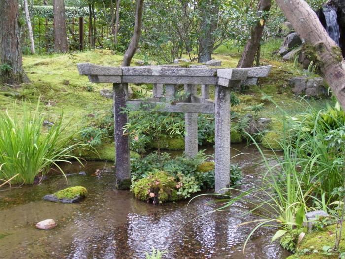 大寧軒の清流の中に立つ石造の「三柱鳥居」。