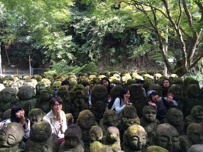 愛宕念仏寺のそれぞれの顔が異なる羅漢たちの中で