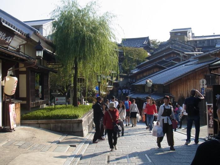 産寧坂は観光客でいっぱいでした。