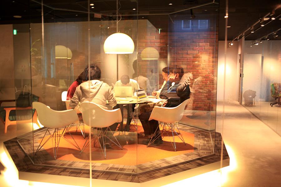 ガラス張りのミーティングルーム
