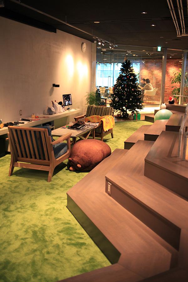 「芝生」スペース。全員での会議や、採用説明会などにも利用。
