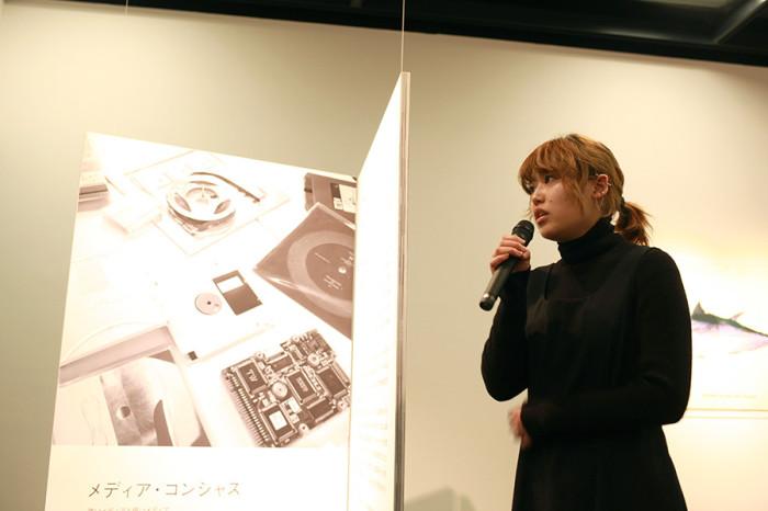藤本由紀夫先生のレクチャーについて報告する牧野佐耶さん(2回生)