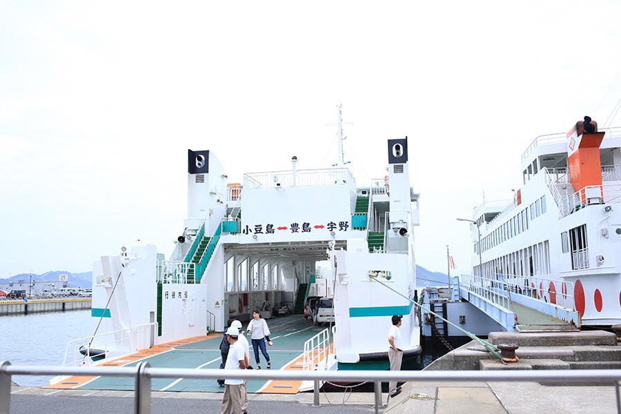 宇野港から直島行きと豊島行きに分かれて乗船