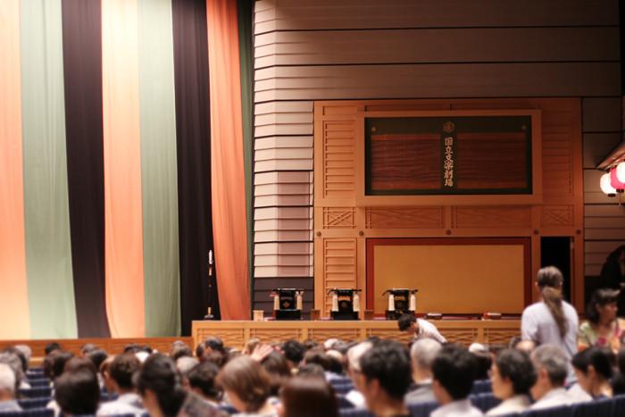 舞台向かって右にある「床」と呼ばれる場所で、太夫と三味線弾きは演じます。