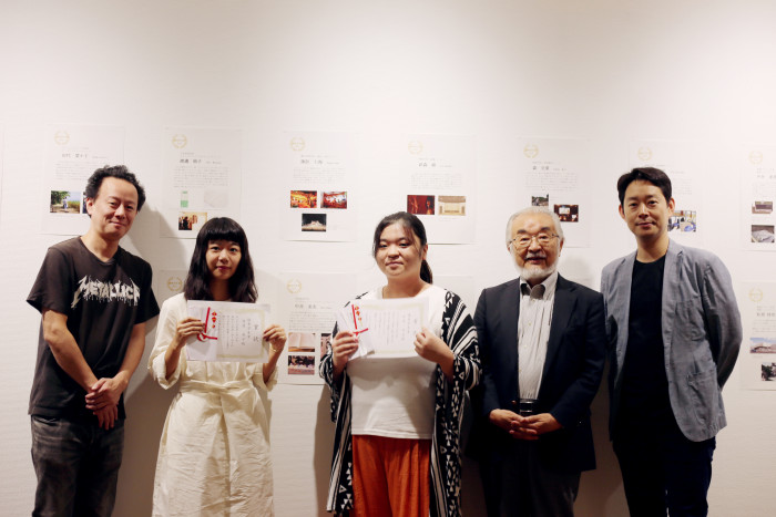 授与式後に、尾池学長とゼミ担当・河田先生、辻井先生と記念撮影。
