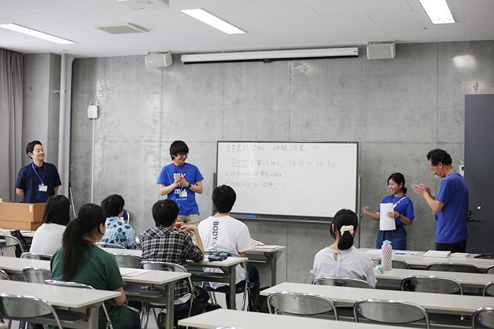 今回「エッセイを書こう」を担当してくださったのは、小説家の辻井南青紀先生(左端)