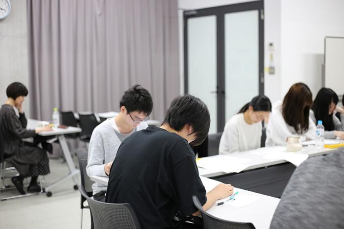 「タイミングをずらして読んでみて」と、多和田さんのリクエストで、金平糖を食べる音を作品にした詩を朗読する学生たち。