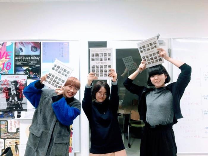 無事本になりました!!!製本に関わった学生たち。