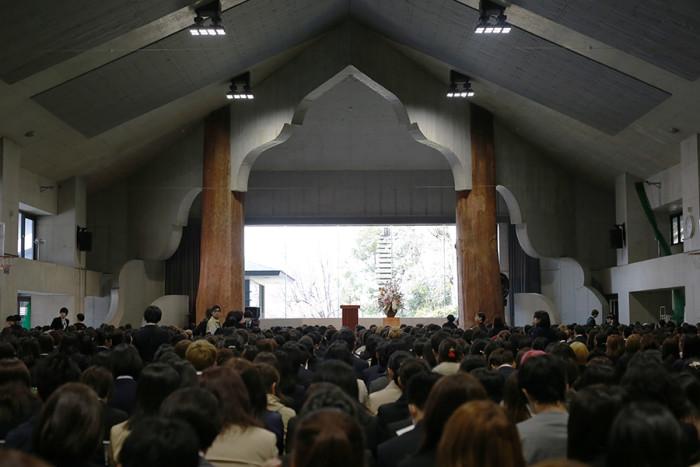 入学式会場・講堂の様子。年々、新入生が増えているので会場はいっぱいです。