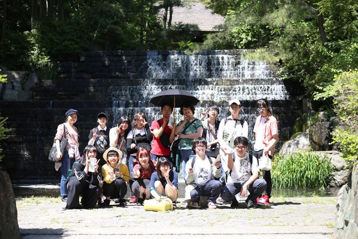 学生たちが徐々に仲良くなってきたので、記念撮影したり。