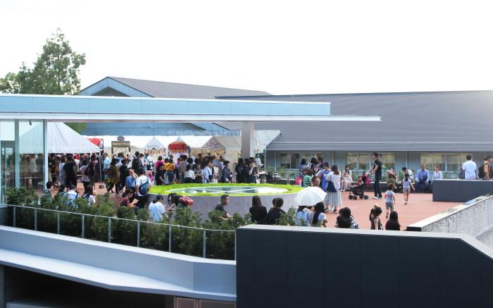 新たに建てられた望天館屋上の様子。フードコロシアムが開催されていました。