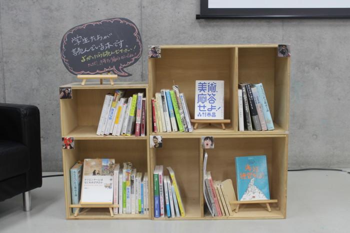 3年間で読んできた本も展示。学生それぞれの興味や研究テーマが表れています。