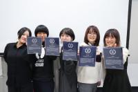 指導教員のコメントが刻まれた、たった1つの賞プレートが授与されました!
