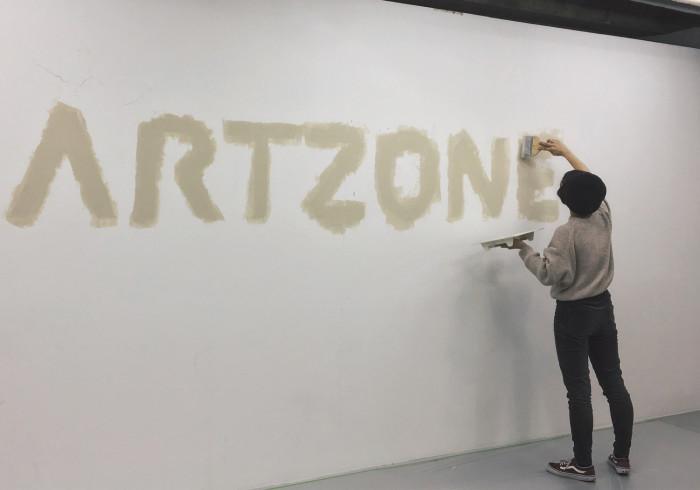 授業で企画した展覧会の設営中の様子。