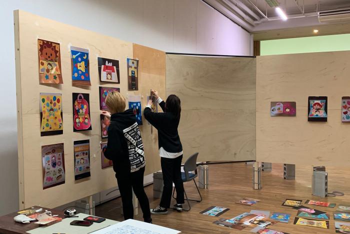 ARTZONE(アートプロデュース表現演習)(※)の「DOUBLESS+」展での搬入作業の様子
